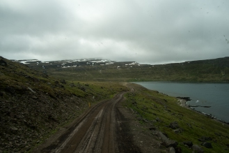 In camion in autostop sulla gravel road lungo la costa di Strandir